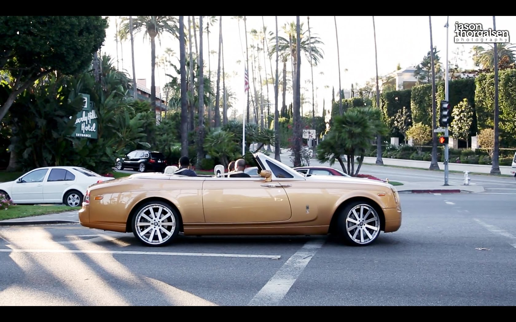Gold Rolls Royce >> Shiny Bling Gold Rolls Royce Distracts Driving Causing Him Crash